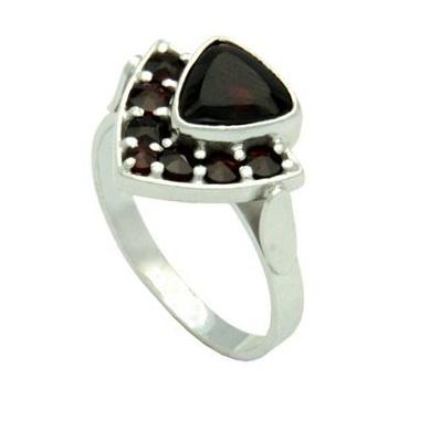 6260ca093 Atypický prsteň v vysokokvalitného striebra s českým granátom. Zaujme  netypickým tvarom